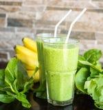 Verse groene smoothie met banaan en spinazie Stock Foto