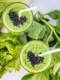 Verse groene smoothie met banaan en spinazie met hart van sesam Stock Foto's