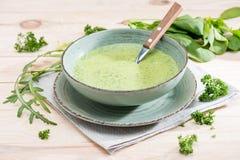Verse groene soep met spinazie, peterselie en arugula in kom op servet stock afbeeldingen