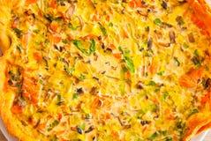 Verse groente en het scherpe close-up van de zalmquiche royalty-vrije stock afbeelding