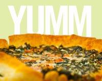 Verse groente en scherpe clos-omhooggaand van de prosciuttoquiche Stock Afbeelding