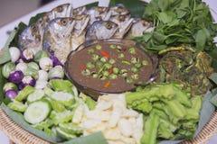 Verse groente met Geroosterde of gebraden makreel Stock Afbeelding