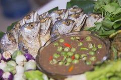 Verse groente met Geroosterde of gebraden makreel royalty-vrije stock foto