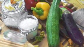 Verse groente, spaghetti en macaroni voor Italiaanse keuken Ruw ingrediënt voor Italiaanse keuken Groenten en deegwaren stock video