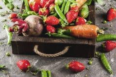 Verse groenten, bessen, greens en vruchten in dienblad Stock Foto's