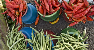 Verse groenten bij de lokale markt stock foto's
