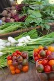Verse groenten bij een landbouwersmarkt Stock Afbeeldingen