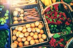 Verse groenten bij landbouwersmarkt De achtergrond van het voedsel Stock Afbeeldingen