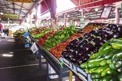 Verse groenten bij markten stock afbeeldingen