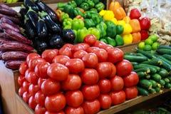 Verse groenten in de Griekse kruidenierswinkelwinkel stock fotografie