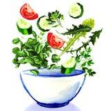 Verse groenten die in kom salade vallen Royalty-vrije Stock Afbeelding