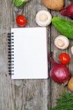Verse groenten en een notitieboekje Stock Foto