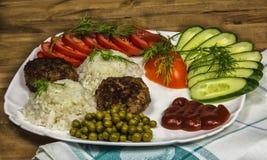 Verse groenten en gekookte rijst met vleeskatletami Stock Afbeeldingen
