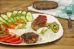 Verse groenten en gekookte rijst met vleesribben Stock Foto
