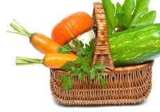 Verse groenten en kruiden in een mandclose-up op een witte backgr Stock Afbeeldingen