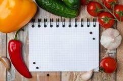 Verse groenten en kruiden op houten document als achtergrond voor nota's Stock Afbeeldingen