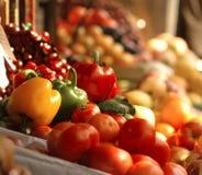 Verse groenten en vruchten bij de markt royalty-vrije stock afbeeldingen