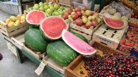 Verse groenten en vruchten in de markt stock foto's