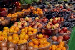 Verse groenten en vruchten in de stadsmarkt Royalty-vrije Stock Afbeeldingen