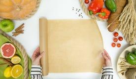 Verse groenten, fruit en vrouwenhanden met het koken van document op witte achtergrond, hoogste mening Royalty-vrije Stock Afbeeldingen