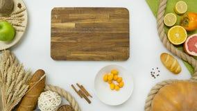 Verse groenten, fruit, houten scherpe raad op witte achtergrond Royalty-vrije Stock Afbeeldingen
