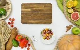 Verse groenten, fruit, houten scherpe raad op witte achtergrond Royalty-vrije Stock Fotografie