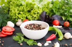 Verse groenten, greens en pepererwten in witte kom op dark Stock Afbeelding