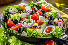 Verse groenten Griekse salade Gezond voedsel op houten achtergrond stock fotografie