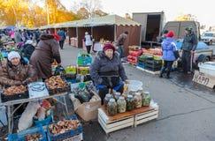 Verse groenten klaar voor verkoop bij de traditionele landbouwers marke Stock Foto's