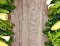 Verse groenten kleurrijk kader op houten achtergrond Vlak leg Stock Foto