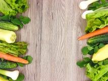Verse groenten kleurrijke kaders op houten achtergrond Vlak leg Stock Fotografie