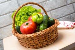 Verse Groenten in Mand Tomaat, komkommer, peper en sla royalty-vrije stock foto's