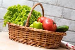 Verse Groenten in Mand Tomaat, komkommer, peper en sla stock afbeelding