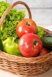 Verse Groenten in Mand Tomaat, komkommer, peper en sla royalty-vrije stock afbeelding