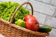 Verse Groenten in Mand Tomaat, komkommer, peper en sla royalty-vrije stock fotografie