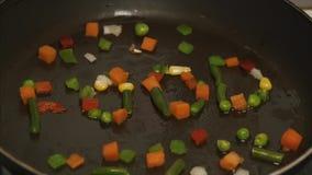 Verse groenten met olie het braden in een pan De langzame motie en sluit omhoog Bevroren plantaardige mengeling op pan Gelegde gr stock footage