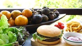 Verse groenten, natuurlijk fruit, frieten en smakelijke rundvleeshamburger stock video