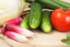 Verse groenten op de houtvezelplaat stock foto