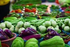 Verse groenten op de lijst bij verse markt in Chiangmai, Thailand stock afbeelding