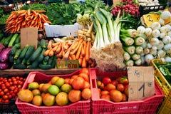 Verse groenten op de markt Wortelen, uien, tomaten, radijzen, op Zondagmarkt in Spanje, Mercadillo DE Campo DE Stock Afbeelding