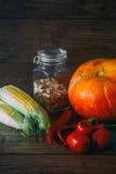 Verse groenten op een donkere lijst De achtergrond van de herfst Rode en oranje het bladclose-up van de kleurenKlimop Het gezonde Royalty-vrije Stock Afbeelding