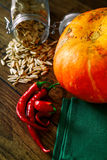 Verse groenten op een donkere lijst De achtergrond van de herfst Rode en oranje het bladclose-up van de kleurenKlimop Het gezonde Royalty-vrije Stock Afbeeldingen