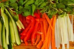 Verse groenten op een houten raad Stock Afbeeldingen
