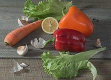 Verse groenten op een oude houten lijst Royalty-vrije Stock Foto's