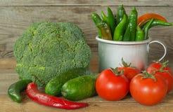 Verse groenten op een oude houten lijst Stock Foto