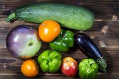 Verse groenten op een rustieke donkere geweven lijst De achtergrond van de herfst Rode en oranje het bladclose-up van de kleurenK royalty-vrije stock foto