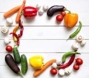 Verse groenten op witte houten lijst Hoogste mening Stock Foto