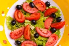 Verse groenten in schotel Stock Afbeeldingen