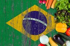 Verse groenten van Brazili? op lijst Het koken concept op houten vlagachtergrond stock foto