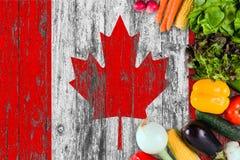 Verse groenten van Canada op lijst Het koken concept op houten vlagachtergrond stock foto